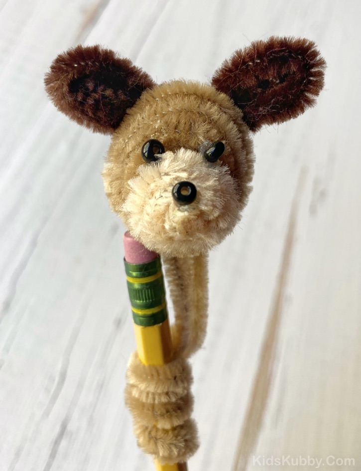 Easy Pipe Cleaner Animals Tutorial -- Fun for pencil toppers! A super simple pipe cleaner craft for kids to make when bored at home. Great for gifts, too! Boys and girls of all ages will love this easy project. DIY Pipe Cleaner Puppy #pipecleaners #kidskubby #easycrafts #craftsforkids