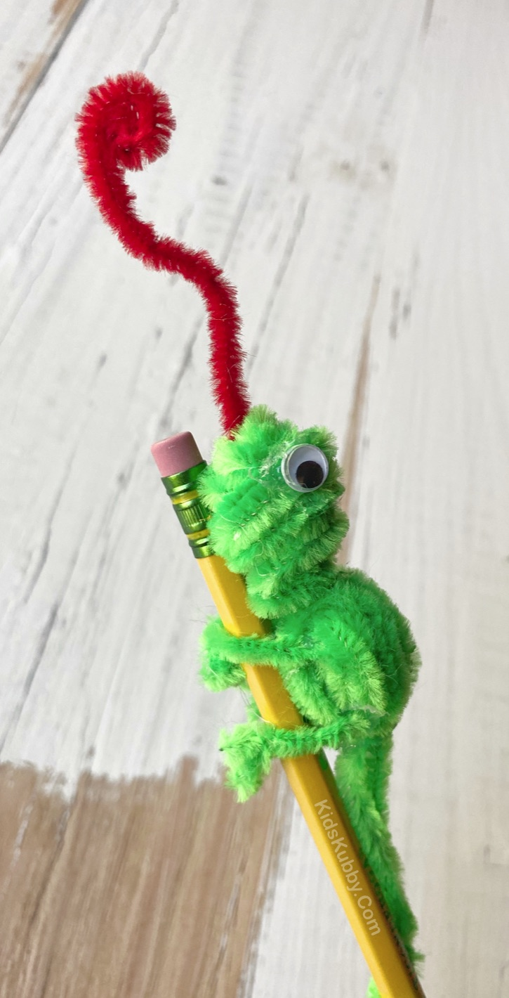 Easy Pipe Cleaner Crafts For Kids To Make -- Fun and creative animals! These DIY chameleons (or lizards) are cute as pencil toppers and easy to make with pipe cleaners. Older kids and teens will especially like this project when they are bored at home. Boys and girls! Cheap, easy and fun to make! #kidskubby #pipecleaners #easycrafts